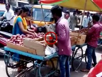 اس ویڈیو میں دیکھیں یہ ریڑھی والا کس طرح لوگوں کو دھوکہ دے رہا ہے۔ ویڈیو: حیدر سندھو۔ ساہیوال