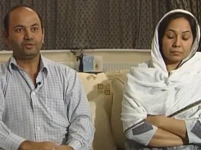 برطانیہ میں مقیم پاکستانی والدین نے اپنی نوجوان بیٹی کو نافرمانی پر قتل کردیا، پولیس پکڑ نہ پائی لیکن پھر ایک ٹی وی انٹرویو میں غلطی سے باپ ایسا اشارہ کر بیٹھا کہ سارا پول کھل گیا، فوری پولیس نے گرفتار کرلیا، ایسا کیا کیا تھا؟ جان کر آپ بھی دنگ رہ جائیں گے