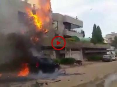کراچی PECHS بلاک 6 میں بجلی کی تاروں میں آگ لگ گئی جس کے نتیجے میں پاس کھڑی گاڑی بھی اس آگ کی لپیٹ میں آگئی۔ ویڈیو: حیدر علی۔ کراچی