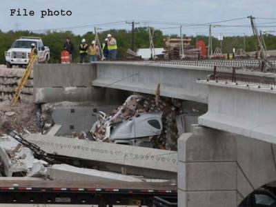 چارسدہ میں سیمنٹ سے لوڈ ٹرک گزرنے سے100 سال پرانا پل گرگیا،ڈرائیور جاں بحق،2 افرادزخمی