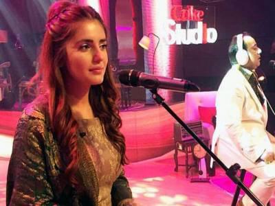 نیشنل کرش آف پاکستان بننے کی وجہ سے مجھ پر خوف و دہشت کے دورے پڑنے لگے: مومنہ مستحسن