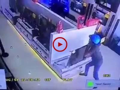 اس ویڈیو میں دیکھیں اس نوجوان نے کس طرح الیکٹرونکس کی دکان سے ایل۔ای۔ڈی چوری کی۔ ویڈیو: چوہدری عنصر۔ مسقط