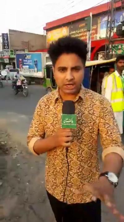 ملیے اس پاکستانی ٹریفک وارڈن سے جو حکومت پاکستان سے تنخواہ بھی نہیں لیتا اور سردی گرمی دھوپ چھاؤں میں بلاناغہ پچھلے 7 برس سے قوم کی خدمت کررہاہے ، دلچسپ ویڈیو آپ بھی براہ راست دیکھئے
