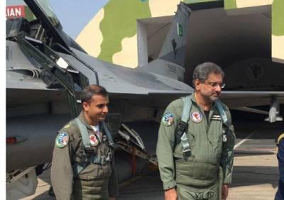 شاہد خاقان عباسی کا مصحف ایئر بیس سرگودھا کا دورہ،ایف 16میں فلائنگ کرنے والے پہلے پاکستانی وزیراعظم بن گئے