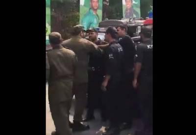 لاہور میں میچ سے قبل پولیس اور ایلیٹ فورس کے اہلکار آپس میں لڑپڑے
