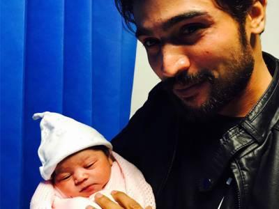 محمد عامر کی بیٹی کے کان میں اذان کس نے دی؟ ویڈیو نے سوشل میڈیا پر دھوم مچا دی