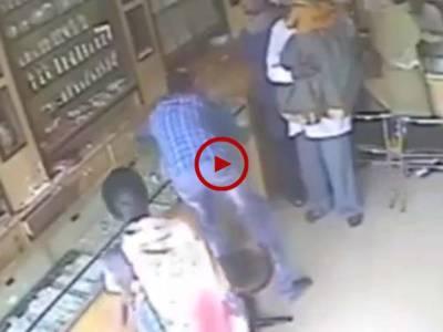 انڈیا میں جیولر کی دکان پر ہونے والی چوری کی CCTV فوٹیج دیکھیں۔ ویڈیو: احسن علی رزاق۔ لاہور