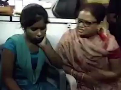 """""""تمہیں شرم نہ آئی کہ مسلمان لڑکے کیساتھ۔۔۔"""" اس لڑکی کو مسلمان لڑکے کیساتھ ایک ایسا کام کرتے ہوئے پکڑ لیا گیا کہ ہندو آگ بگولہ ہو گئے، خاتون رہنماءنے مار مار کر ادھ موا کر دیا، ایسا کیا کر رہی تھی؟ جواب آپ سوچ بھی نہیں سکتے"""