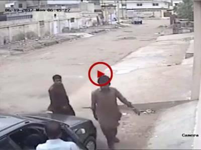 کراچی میں دن دیہاڑے اپنے ہی گھر کے باہر کھڑا ایک اور شہری لٹ گیا۔ واقع کی CCTV فوٹیج آپ بھی دیکھیں۔ ویڈیو: حمزہ عثمان۔ کراچی