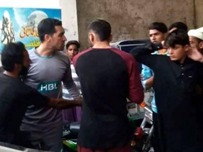 عمر گل اور احمد شہزاد نے مداحوں کی پٹائی کر کے ان کا موبائل فون کیوں توڑا؟ حقیقت سامنے آ گئی، جان کر آپ بھی کھلاڑیوں کی حمایت کریں گے