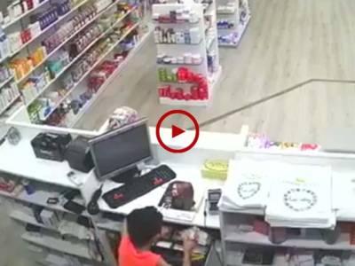 سعودی عرب کے ڈیپارٹمینٹل سٹور سے بچے نے ایسے پروفیشنل طریقے سے رقم چوری کی جسے دیکھ کر آپ بھی دنگ رہ جاہیں گے۔ ویڈیو: محمد ارسلان۔ سعودی عرب