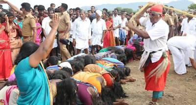 بھارت میں پولیس کی موجودگی میں ان خواتین کو سرعام کوڑے کیوں مارے جارہے ہیں؟ وجہ ایسی کہ جان کر آپ بھی سر پکڑ کر بیٹھ جائیں گے