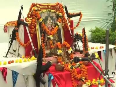 جنگی جنون میں مبتلا بھارتیوں کو دیوتا کم پڑگئے، ہتھیاروں کی پوجا شروع کردی