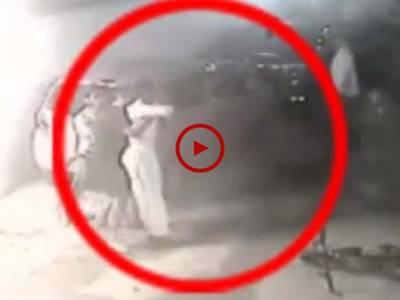 کراچی گلشن اقبال میں ہونے والی چوری کی واردات کی ویڈیو دیکھیں۔ ویڈیو: محمد حمزہ۔ کراچی