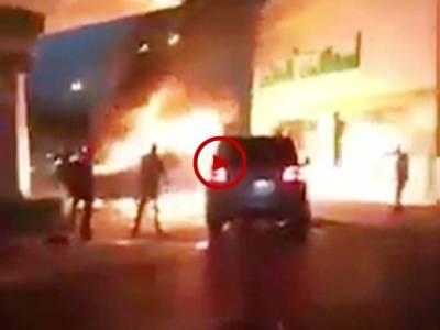 اس ویڈیو میں دیکھیں اس گاڑی والے نے کیسی ہمت کر کے پیٹرول پمپ پر آگ لگی گاڑی کو اپنی گاڑی سے دھکیل کر باہر نکال دیا اور بڑے نقصان سے بچا لیا۔ ویڈیو: محمد ارسلان۔ سعودی عرب