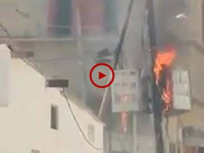 ویڈیو میں دیکھیں کراچی بطحہ ٹاؤن بلاک این نارتھ ناظم آباد میں بجلی کے میڑ میں اچانک خوفناک آگ بھڑک اٹھی۔ ویڈیو: حیدر علی۔ کراچی