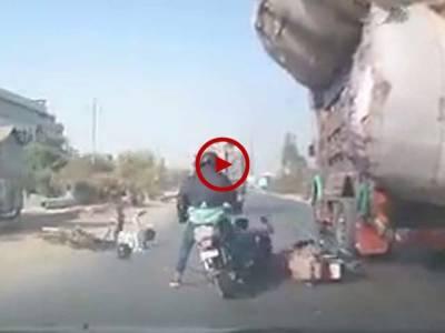ان لوگوں کی قسمت اچھی تھی جو ایسے جان لیوا حادثے میں بچ گئے۔ کراچی کورنگی انڈسٹریل ایریا میں ہونے والے حادثے کی ویڈیو دیکھیں۔ ویڈیو: محمد عثمان۔ کراچی