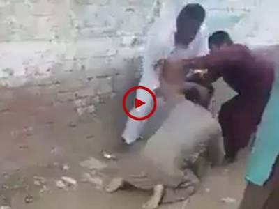 ویڈیو میں دیکھیں گوجرانوالہ کے نواحی علاقہ راہوالی میں شہری خلیل الرحمن نے جعلی عامل عارف مسیح کی درگت بناڈالی۔ ویڈیو: شہزادہ فیصل۔ گوجرانوالہ