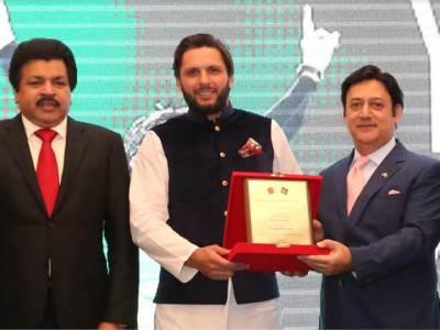 پاکستانی سفیر جاوید ملک نے ممتاز پاکستانی کرکٹ سٹار شاہد آفریدی کو کھیل کے میدان میں گراں قدر خدمات پر خصوصی سفارتی ایوارڈ پیش کر دیا