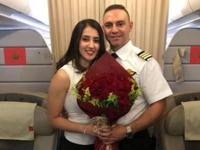 دبئی جانیوالے طیارے کے کپتان کی دوران پرواز ایسی لڑکی پر نظر پڑگئی کہ فوری دل دے بیٹھا، شادی کی پیشکش کرڈالی ، جواباً لڑکی نے کیا کام کیا؟ تمام مسافرلڑکی کو داد دینے پر مجبور ہوگئے کیونکہ ۔ ۔ ۔