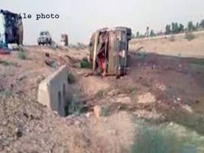 نارووال،ٹرک سے تصادم کے بعد آئل ٹینکر سے تیل کا بہاﺅ ،لوگوں نے تیل بھرنا شروع کر دیا