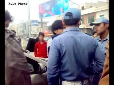 'مجھے کیوں نکالا' کے بعد پشاور کے شہری نے اپنی گاڑی پر ایسے الفاظ لکھوا دیے کہ پولیس نے فوری طور پر پکڑ لیا، کیا لکھا تھا ؟ جان کر آپ کا بھی رونے کو دل کرے گا