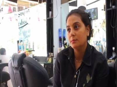کینسر کی مریضہ مصری خاتون نے مشکلات سے نمٹنے کے لیے حجام کھول لیا