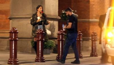 باکسر عامر خان لندن میں لڑکی کے ساتھ سیر سپاٹے کرتے ہوئے پکڑ ے گئے