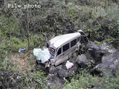 میرپور،مسافر وین کھائی میں گرنے سے ایک ہی خاندان کے 5 افراد جاں بحق،12 شدید زخمی