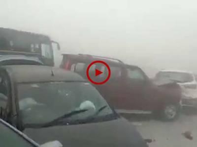 ویڈیو میں دیکھیں کس طرح انڈیا میں شدید دھند کی وجہ سے روڈ پر درجنوں گاڑیاں آپس میں ٹکرا گئیں۔ ویڈیو: شہزادہ فیصل۔ گوجرانوالہ
