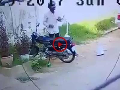 کراچی طارق روڈ پر موٹرسائیکل چوری کی واردات کی CCTV فوٹیج دیکھیں۔ ویڈیو: فیصل علی۔ کراچی