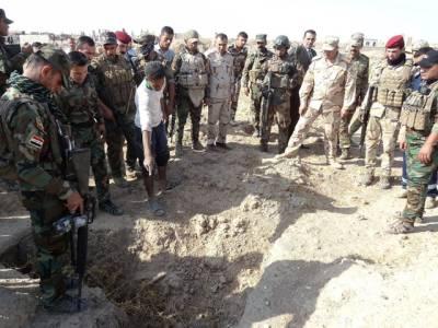 داعش کے قبضے سے واپس حاصل کئے گئے عرب شہر میں گشت کے دوران فوجیوں کو زمین ناہموار نظر آئی، کھود کر دیکھا تو اندر کیا چیز دبائی گئی تھی؟ دیکھ کر ہر کسی کے واقعی ہوش اُڑگئے