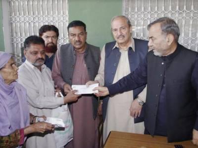 ۔صوبائی وزیر محمدمنشاء اللہ بٹ نے وزیر اعلیٰ پنجاب کی جانب سے مستحقین میں امدادی رقوم کے چیکس تقسیم کئے