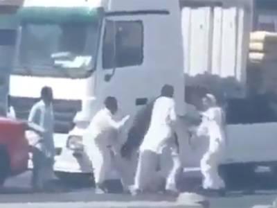 پاکستانی ٹرک ڈرائیور کی عرب شہری کی گاڑی سے ٹکر، 2 عربیوں نے اسے مارنے کی کوشش کی تو پھر کیا ہوا؟ دیکھ کر کوئی آدمی پھر کسی پاکستانی ڈرائیور سے پنگا نہ لے