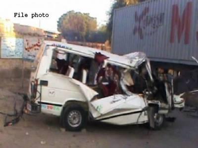 خیرپور،کوئلے سے بھرا ٹرک وین پر الٹ گیا،20افراد جاں بحق،5زخمی