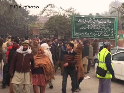 گوجرانوالہ،سیشن کورٹ کے گیٹ پر گاڑی سے اسلحہ برآمد،6 ملزم گرفتار