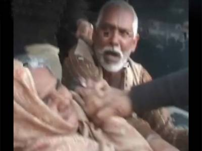 ملتان میں پولیس اہلکاروں نے بزرگ جوڑے پر ظلم کی انتہا کر دی ،سر عام تشدد کا نشانہ بناتے ہوئے تھانے لے گئے