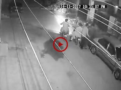 کراچی کے علاقے یسین آباد بلاک 9 میں ڈکیتی کی واردات کی CCTV فوٹیج دیکھیں۔ ویڈیو: محمد عثمان۔ کراچی