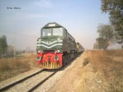 اوکاڑہ میں مظاہرین ریلوے ٹریک پر آگئے، لاہورآنیوالی ٹرین کے ڈرائیور نے کیا حرکت کردی؟ جان کر آپ کی آنکھیں بھی کھلی کی کھلی رہ جائیں گی