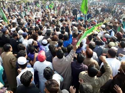 تحریک انصاف کے رہنماءشاہ محمود قریشی دھرنے میں پہنچے تو ان کیساتھ کیا سلوک کیا گیا؟ تصاویر سوشل میڈیا پر آ گئیں