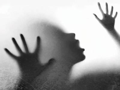 پاپ کارن بیچنے والی لڑکی سے چلتی ٹرین کے ٹوائلٹ میں اجتماعی زیادتی کا نشانہ بنا دیا گیا