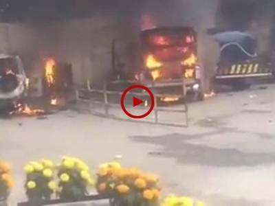 فیض آباد دھرنے میں کشیدگی کے دوران جلنے والی گاڑیوں کے مناظر دیکھیں۔ ویڈیو: محمد تیمور۔ اسلام آباد