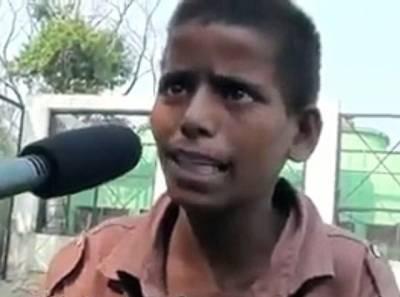 """یہ بھارتی لڑکا """"کملیش"""" تو آپ کو بخوبی یاد ہو گا جس کی ویڈیو نے سوشل میڈیا پر تہلکہ مچایا، اس لڑکے کی نئی ویڈیو نے ایک مرتبہ پھر ہنگامہ برپا کر دیا، اب یہ کیا کر رہا ہے؟ جان کر آپ کی آنکھوں سے خوشی کے آنسو جاری ہو جائیں گے"""