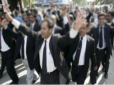 فیض آباد دھرنے کے شرکاءپر طاقت کے استعمال کے خلاف وکلاءکااحتجاج ،عدالتوں میں بھی پیش نہیں ہوئے