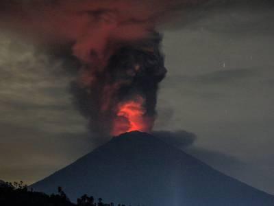 انڈونیشیا میں آتش فشاں کے خطرے کے پیش نظر 1لاکھ افراد کو فوری انخلا حکم دے دیا گیا