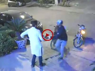 ویڈیو میں دیکھیں کراچی کے علاقے ناظم آباد میں شہری کس طرح اپنے ہی گھر کے باہر سے لٹ گیا۔ ویڈیو: فیصل علی۔ کراچی