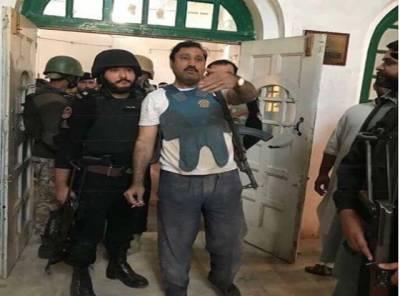 پشاور حملہ ،اپنے سلیپنگ سوٹ میں ہی فوراً دہشتگردوں سے مقابلے کے لیے موقع پر پہنچنے والا یہ شخص کون ہے ؟جان کر آپ بھی انہیں سیلیوٹ کریں گے