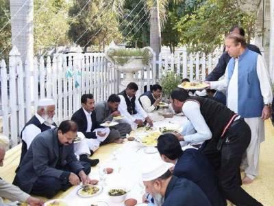 نوازشریف جاتی امراءمیں محفل میں شریک افراد میں لنگر تقسیم کرتے رہے