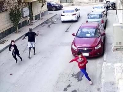 ریاض کی سڑک پر 2 نوعمر لڑکے اور ان کے پیچھے قصائی کا ٹوکہ لے کر بھاگتا آدمی۔۔۔ ایک منظر جس نے کھلبلی مچادی، لیکن کیا ہورہا تھا؟ حقیقت سامنے آئی تو اتنی خوفناک کہ پورے محلے کی نیندیں اُڑگئیں