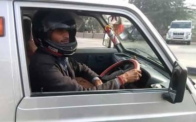 یہ شہری ہیلمٹ پہن کر گاڑی کیوں چلاتا ہے؟ اصل وجہ جان کر آپ کی ہنسی نہ رُکے گی